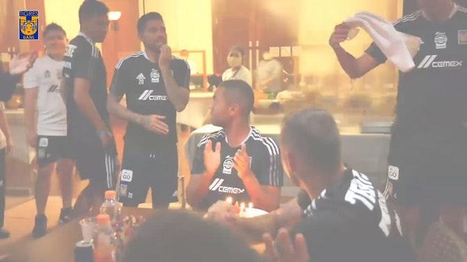 El pastelazo a Carioca en la concentración de Tigres