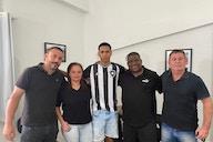 Promessa da base, lateral Ramon assina seu primeiro contrato profissional com o Botafogo
