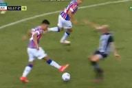 Jogador do Bahia joga bola entre as pernas de rival e quebra a internet; assista
