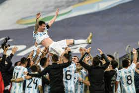 Image de l'article : https://image-service.onefootball.com/resize?fit=max&h=719&image=https%3A%2F%2Flagrinta.fr%2Fwp-content%2Fuploads%2F2021%2F07%2FMessi-leve-en-triomphe.jpg&q=25&w=1080