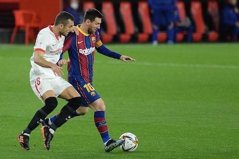 Article image: https://image-service.onefootball.com/crop/face?h=810&image=https%3A%2F%2Fsportslens.com%2Fwp-content%2Fuploads%2F2021%2F02%2Ffbl-esp-cup-sevilla-barcelona.jpg&q=25&w=1080