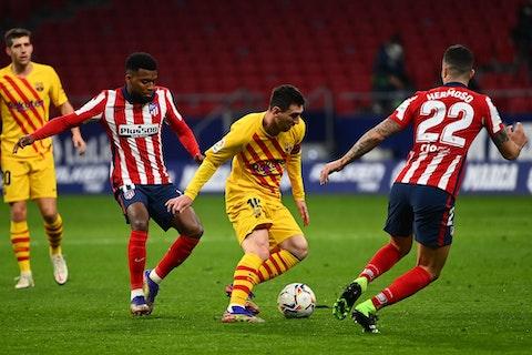 Article image: https://image-service.onefootball.com/crop/face?h=810&image=https%3A%2F%2Fthe4thofficial.net%2Fwp-content%2Fuploads%2F2020%2F11%2Ffbl-esp-liga-atletico-barcelona.jpg&q=25&w=1080