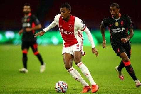 Article image: https://image-service.onefootball.com/crop/face?h=810&image=https%3A%2F%2Fwp-images.onefootball.com%2Fwp-content%2Fuploads%2Fsites%2F10%2F2020%2F11%2FAjax-Amsterdam-v-Liverpool-FC-Group-D-UEFA-Champions-League-1605075113-1000x667.jpg&q=25&w=1080