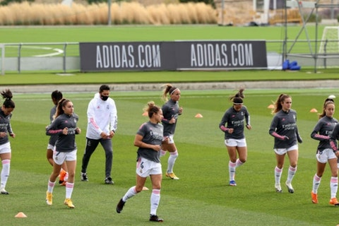 Article image: https://image-service.onefootball.com/crop/face?h=810&image=https%3A%2F%2Fwp-images.onefootball.com%2Fwp-content%2Fuploads%2Fsites%2F10%2F2021%2F02%2FReal-Madrid-Femenino-v-FC-Barcelona-Femenino-Primera-Iberdrola-Femenina-1614531263-1000x750.jpg&q=25&w=1080