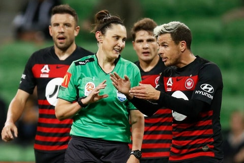 Artikelbild: https://image-service.onefootball.com/crop/face?h=810&image=https%3A%2F%2Fwp-images.onefootball.com%2Fwp-content%2Fuploads%2Fsites%2F11%2F2020%2F03%2FA-League-Rd-23-Melbourne-v-Western-Sydney-1584524704-1000x750.jpg&q=25&w=1080
