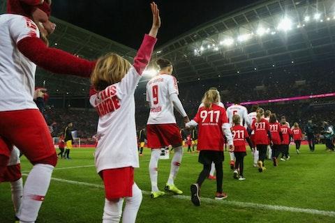 Artikelbild: https://image-service.onefootball.com/crop/face?h=810&image=https%3A%2F%2Fwp-images.onefootball.com%2Fwp-content%2Fuploads%2Fsites%2F11%2F2020%2F09%2FRB-Leipzig-v-Borussia-Dortmund-Bundesliga-1598964519-1000x750.jpg&q=25&w=1080