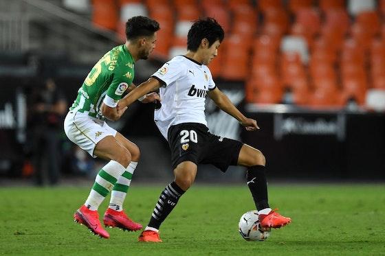 Artikelbild: https://image-service.onefootball.com/resize?fit=max&h=721&image=https%3A%2F%2Fwp-images.onefootball.com%2Fwp-content%2Fuploads%2Fsites%2F11%2F2020%2F10%2FValencia-CF-v-Real-Betis-La-Liga-Santander-1602426049.jpg&q=25&w=1080