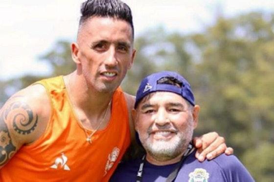 Imagen del artículo: https://image-service.onefootball.com/crop/face?h=810&image=https%3A%2F%2Fwp-images.onefootball.com%2Fwp-content%2Fuploads%2Fsites%2F12%2F2021%2F04%2FBarrios-Maradona-1000x563.jpg&q=25&w=1080