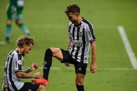 Imagem do artigo: https://image-service.onefootball.com/resize?fit=max&h=721&image=https%3A%2F%2Fwp-images.onefootball.com%2Fwp-content%2Fuploads%2Fsites%2F13%2F2021%2F02%2F2020-Brasileirao-Series-A-Atletico-Mineiro-v-Coritiba-Play-Behind-Closed-Doors-Amidst-the-Coronavirus-COVID-19-Pandemic-1614442265.jpg&q=25&w=1080