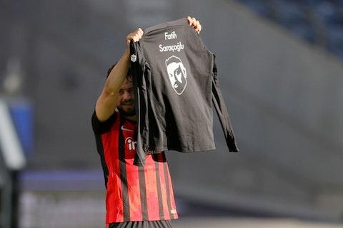 Imagem do artigo: https://image-service.onefootball.com/resize?fit=max&h=679&image=https%3A%2F%2Fwp-images.onefootball.com%2Fwp-content%2Fuploads%2Fsites%2F13%2F2021%2F02%2FEintracht-Frankfurt-v-FC-Bayern-Muenchen-Bundesliga-1613837772.jpg&q=25&w=1080