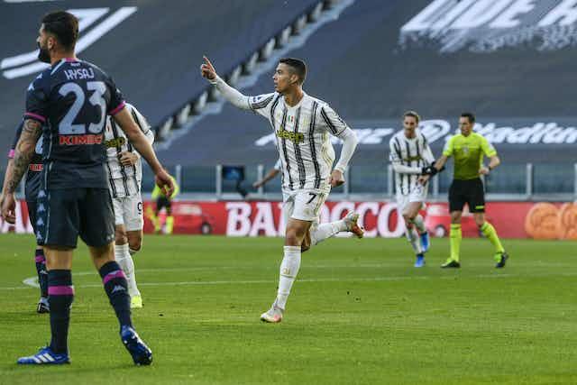 📝 Ronaldo e Dybala marcam, e Juve bate Napoli na briga por Champions