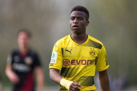 Image de l'article : https://image-service.onefootball.com/crop/face?h=810&image=https%3A%2F%2Fwp-images.onefootball.com%2Fwp-content%2Fuploads%2Fsites%2F23%2F2020%2F11%2FB-Junioren-Bundesliga-West-Bayer-Leverkusen-v-Borussia-Dortmund-1605911111-1000x750.jpg&q=25&w=1080
