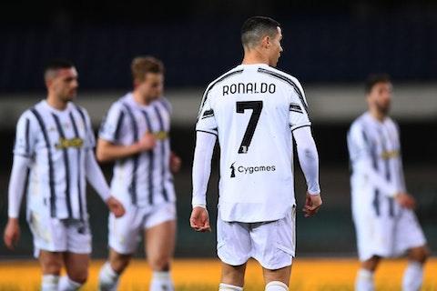 Immagine dell'articolo: https://image-service.onefootball.com/resize?fit=max&h=704&image=https%3A%2F%2Fwp-images.onefootball.com%2Fwp-content%2Fuploads%2Fsites%2F24%2F2021%2F02%2FHellas-Verona-FC-v-Juventus-Serie-A-1614533851.jpg&q=25&w=1080