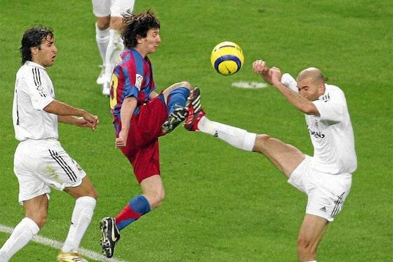 Imagen del artículo: https://image-service.onefootball.com/crop/face?h=810&image=https%3A%2F%2Fwww.futbolete.com%2Fwp-content%2Fuploads%2F2020%2F10%2Fzinedine-zidane-hoy-clasicos-barcelona-real-madrid-jugador.jpg&q=25&w=1080